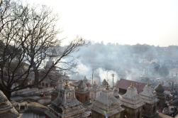 Tapınağın her yerinden dumanlar yükseliyor