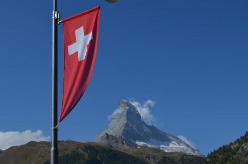 İsviçre'nin simgelerinden Matterhorn ve İsviçre bayrağı
