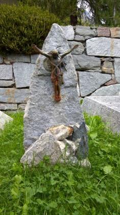 Her bir mezar taşında dağcı olduklarını simgeleyen dağcı malzemeleri var.