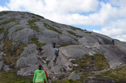 Dik kayalarda çıkışı kolaylaştırmak için zincirler gerilmiş