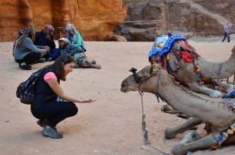 Hazine'nin önündeki develer ve arkada her daim yatan Ürdünlüler:)