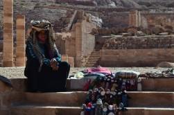 Büyük Tapınak önünde bez bebek satan Bedevi kadını