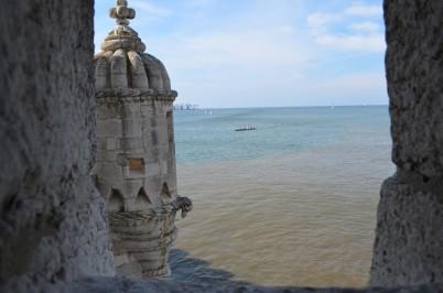 Kule içinden deniz manzarası. Denizdeki ilginç renk farklılığına dikkat
