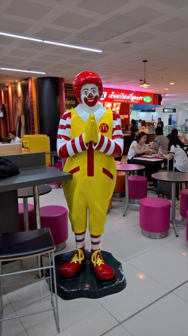 Adamların McDonalds maskotu bile farklı:)