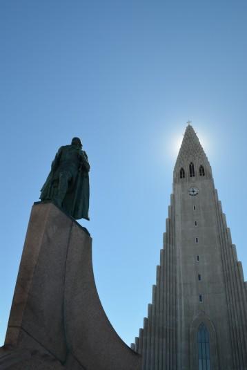 Luteryen kilisesi Hallgrímskirkja ve önünde kaşif Leif Eriksson'un heykeli
