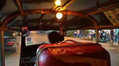 Tuktuk arkasında bavulumuz