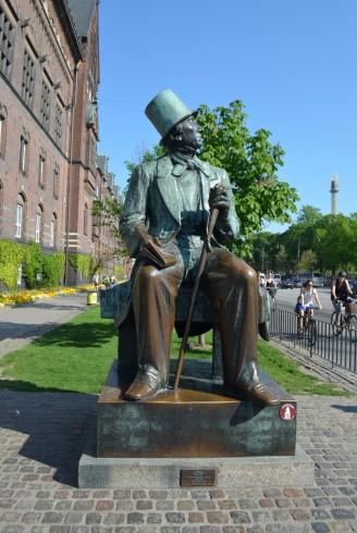 Belediye Binasının yanındaki Hans Christian Andersen heykeli