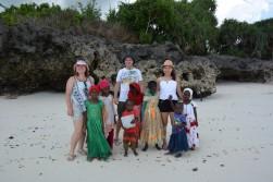 Karma futbol takımı gibi çıkmışız:) Zanzibarlı kızlarımız kameraya bakmak konusunda pek bir çekingenler