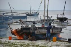 Ziftleme sonrası teknenin altına ateş vurarak, su geçirmezliği sağlıyorlar