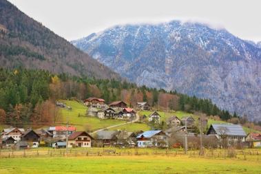 Uzaktan kaldığımız Obertraun köyü