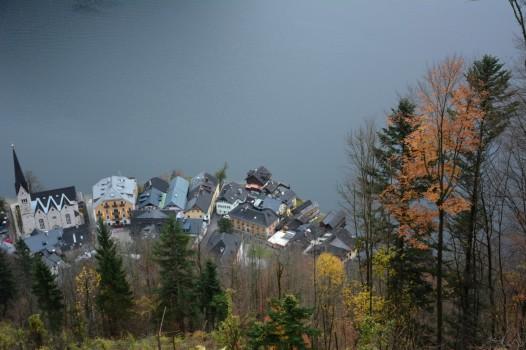 Yukarıya çıktıkça Hallstatt'a tepeden bakıyoruz.