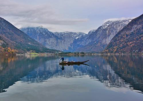 Dağların arasındaki göl manzarası muhteşem