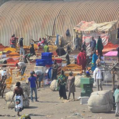 Ngorongoro yolu üzerinde bir pazar yeri