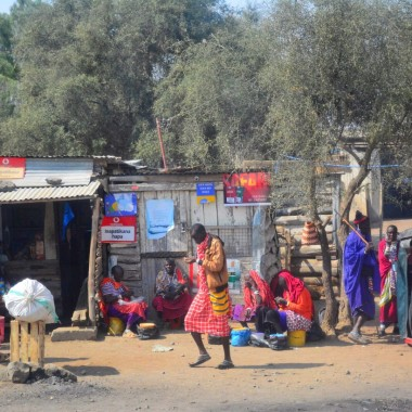 Yerli kıyafetleri içerisinde Afrikalılar