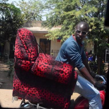 Motorsiklet selesi sert gelmiş, abi direk koltuğa oturmuş:)