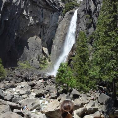 Aşağı Yosemite Şelalesine giden yol oldukça kayalık