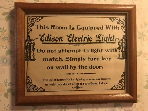 Oteldeki eski yazılardan bir tanesi. Şuan baktığımızda ne kadar da komik geliyor:)