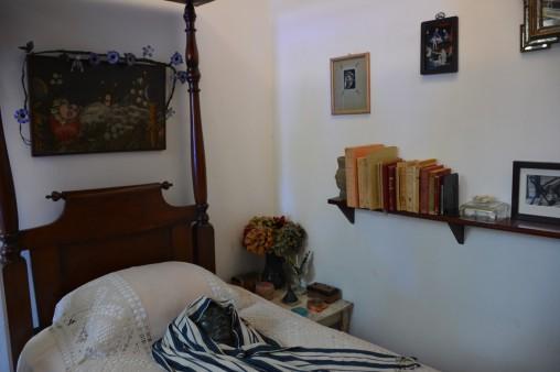 Frida'nın yatağı üzerine hala maskı duruyor
