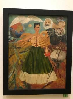 Sıkı bir solcu olan Frida kendi yaptığı resimlerden birinde Marx'la görülüyor.